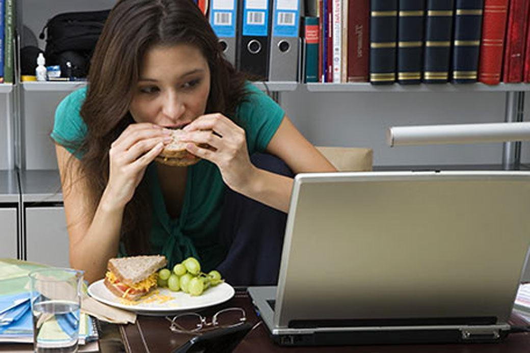 Comer Distraído Pode Aumentar o Consumo de Calorias