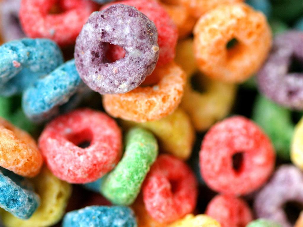 Cereais Coloridos no Leite: Excesso de Açúcar à Vista