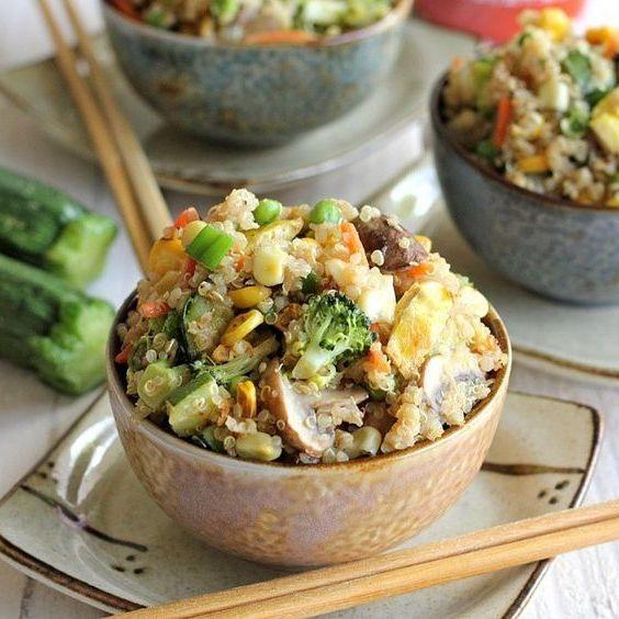 """Receita Saudável de """"Arroz Frito"""" de Quinoa"""